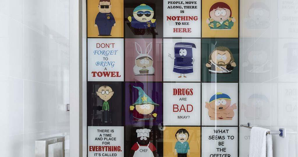 zabawne grafiki na ścianach: bohaterowie Miasteczka South Park: Stan, Kyle, Eric   i Kenny